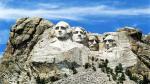 Núi Tổng Thống Mount Rushmore, phía Nam bang Dakota. Nằm ở giữa khu đồi núi Black Hills ở bang Nam Dakota, ở độ cao 60m chân dung của các vị Tổng thống George Washington, Thomas Jefferson, Abraham Lincoln, và Theodore Roosevelt được khắc vào một vách đá granite khổng lồ. Đây là đài tưởng niệm nổi tiếng nhất nước Mỹ. Vào thời gian khoảng từ tháng sáu đến giữa tháng chín, người ta sử dụng những ánh đèn vào ban đêm để tạo nên thêm sự uy nghi cho những pho chân dung này.