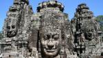 Một phần của điểm đến Angkor nổi tiếng thế giới, ngôi đền Bayon, là một biển gồm 200 mặt đá lớn nhìn theo mọi hướng. Những khuôn mặt mỉm cười, được nhiều người cho là bức chân dung của vua Jayavarman VII hoặc sự kết hợp của ông và Phật, là một hình ảnh dễ nhận biết của Angkor. Được xây dựng vào thế kỷ 12 bởi vua Jayavarman VII như là một phần của sự mở rộng lớn của thủ đô của ông – Angkor Thom, Bayon được xây dựng tại trung tâm của thành phố hoàng gia.