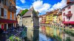 """Annecy: Nằm ở dãy Alps thuộc vùng đông nam nước Pháp, Annecy còn được mệnh danh là """"Little Venice"""" do có những con kênh đào được tô điểm bởi những ngôi nhà xinh đẹp dọc bờ kênh. Một lâu đài cổ tuyệt đẹp được xây dựng giữa một trong những dòng kênh là nơi thu hút rất nhiều du khách."""