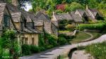 Bibury là một ngôi làng nhỏ ở vùng Cotswold và nằm yên bình bên dòng sông Coln thơ mộng, cách thành phố Cirencester 10 km về phía Đông Bắc. Ngôi làng này nổi tiếng với những căn nhà được xây bằng đá sa thạch cổ kính tồn tại suốt hàng trăm năm, mang đậm nét kiến trúc cổ kính, yên bình của vùng Cotswold. Dường như cả ngôi làng được bao phủ bởi một màu nâu đen bóng bẩy.