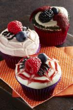 Ý tưởng trang trí bánh cupcake halloween nhện đen từ hoa quả đầy sáng tạo