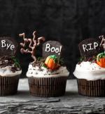 Ý tưởng trang trí bánh cupcake halloween nghĩa địa với những ngôi mộ chôn cất