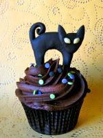 Ý tưởng trang trí bánh cupcake halloween từ nhân vật mèo đen bí ẩn