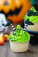 Ý tưởng trang trí bánh cupcake halloween đôi chân phù thủy đầy sáng tạo