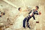 Một tấm ảnh cưới rất độc đáo và vui nhộn của cô dâu và chú rể cùng những chiếc gối bông. Còn bạn, bạn có bị thu hút bởi những mẫu ảnh cưới mới lạ như này.