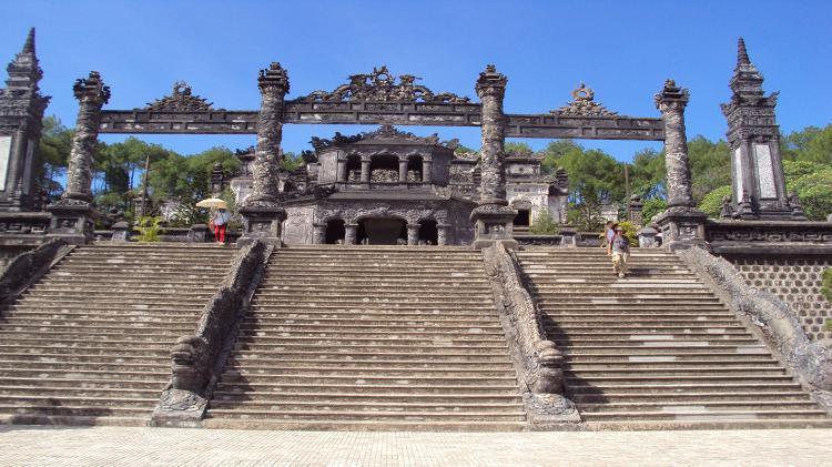 Lăng Khải Định thuộc xã Thủy Bằng, thị xã Hương Thủy, tỉnh Thừa Thiên - Huế, cách Tp. Huế 10km. Lăng Khải Định có diện tích nhỏ hơn so với lăng của các vua tiền nhiệm nhưng công phu, lộng lẫy hơn; kết hợp tinh xảo hai nền kiến trúc, văn hoá Đông - Tây. Tổng thể của Lăng là một khối nổi hình chữ nhật vươn cao tới 127 bậc. Núi đồi, khe suối của một vùng rộng lớn quanh Lăng được dùng làm các yếu tố phong thủy: tiền án, hậu chẩm, tả thanh long, hữu bạch hổ, minh đường, thủy tụ, tạo cho lăng Khải Định một ngoại cảnh thiên nhiên hùng vĩ. Giá trị nghệ thuật cao nhất của Lăng là phần trang trí nội thất cung Thiên Định. Ba gian giữa trong cung đều được trang trí phù điêu ghép bằng sành sứ và thủy tinh màu. Đặc biệt chiếc Bửu tán trên pho tượng đồng, nặng 1 tấn với những đường lượn mềm mại, thanh thoát khiến người xem có cảm giác làm bằng nhung lụa rất nhẹ nhàng. Bên dưới Bửu tán là pho tượng đồng Khải Định được đúc tại Pháp năm 1922 theo yêu cầu của nhà vua.